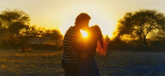kissing-couple-1148914_1920